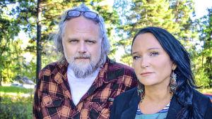 Peter Hallström och Anja Kontor med gröna träd i bakgrunden.