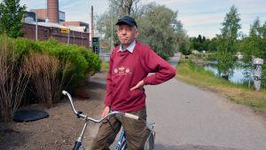 Esa Luoto med cykel.
