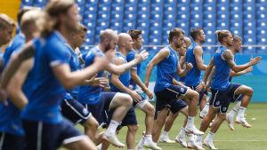 Island värmer upp inför en match vid fotbolls-VM.