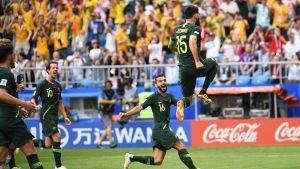 Mile Jedinak firar sitt straffmål mot Danmark i fotbolls-VM 2018.