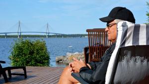 Ingemar Tåg på sin terrass med utsikt mot Replotbron.