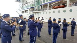 Närpes skolmusikkår välkomnade Birka Cruises passagerare i hamnen i Vasa.