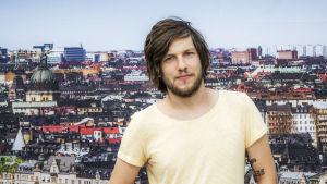 Rasmus Arvidsson från bandet Avantgardet mes Stockholm i bakgrunden.