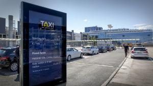 Taksi hinnasto Helsinki-Vantaan lentoaseman taksitolpalla
