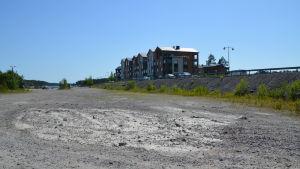 En stor sandplan invid höghus.