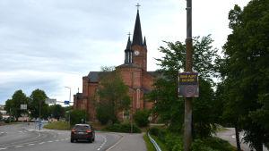 Mätaren visar sur gubbe när bil kör förbi Lovisa kyrka.