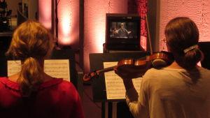 Violinister i en kammarorkester.
