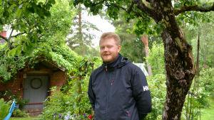 Johan i trädgård.