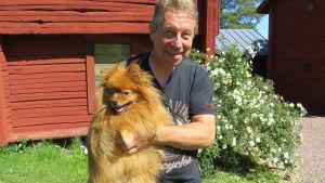 Christer Kantola med sin hund i Solf i Korsholm.