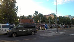 en polisbild och en militärpolisbil utanför aussie bar i åbo