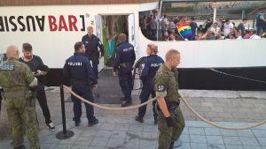 flera poliser och militärpoliser utanför aussie bar i åbo