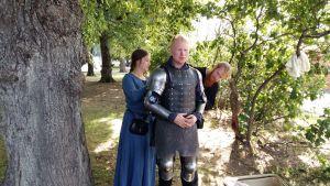 Gunnar Cederberg, alias Franska liljan, får hjälp av sin jungfru och sin väpnare med att klä på sig rustningen.