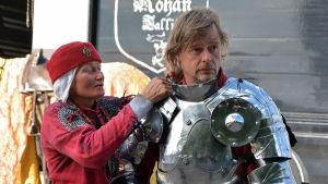 Anu Nuotio hjälper till att skruva ihop Jaakkos rustning.