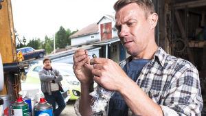 Maalaiskomedioiden ja Pirunpelto-sarjan tekijöiden sarja Korpelan kujanjuoksu porautuu kaivosbisnekseen.