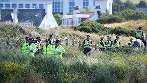 Polisen står vakt utanför Trumps lyxiga golfanläggning Trump Turnberry sydväst om Glasgow.
