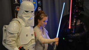 Två Star Wars-figurer under Finncon.