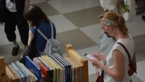 En kvinna som tittar på böcker.