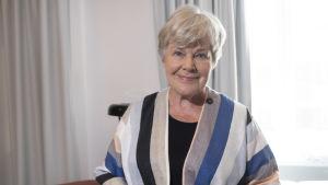 Elisabeth Rehn fotograferad på sitt hotell i Björneborg