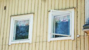 Det varma vädret gör att fönstren gärna få stå öppna på Lönneberga i Ingå.
