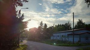 Kväll i Houtskär, motsol och låg byggnad