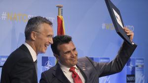 Natos generalsekreterare Jens Stoltenberg (t.v.) och Makedoniens premiärminister Zoran Zaev under Nato-toppmöte i Bryssel.
