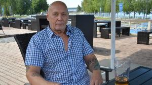 Raimo Lehtimäki från Tammerfors dricker gärna kall öl i sommarhettan.