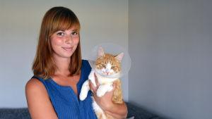 Maria Frände med katten Sputnik som blev överkörd av en robotgräsklippare.