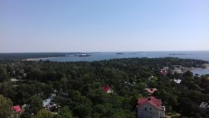 Utsikt över Hangö från vattentornet. Man ser mest skog och vatten.