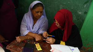 I en vallokal i Karachi i Pakistan.