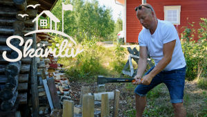 Pati Hansén hugger ved vid sin sommarstuga.
