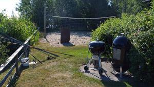 Fiskespön, beachvolleyplan och kulstötningsring.