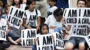 Tiotals familjer demonstrerade vid Capitol Hill mot regeringens migrationspolitik inför torsdagens tidsfrist.