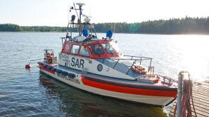 Ett sjöräddningsfartyg förtöjt vid bryggan.