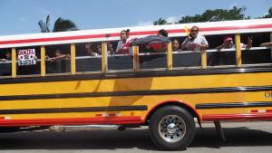 """En busslast sandinister på väg till firandet av årsdagen för revolutionen den 19 juli. """"Daniel avgår inte"""", står det på skylten. Enligt en färsk undersökning betraktar sig 23 procent av befolkningen som sandinister, fem procent som anhängare av Ortega."""