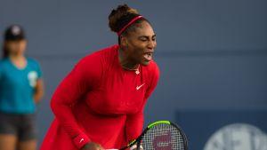 Serena Williams spelar tennis.