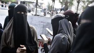 Danska demonstranter protesterar mot burkaförbud.