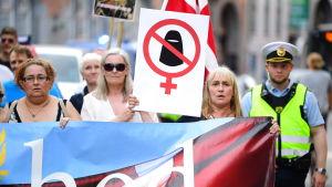 Demonstration ordnad av For Frihed som stöder burkaförbudet.