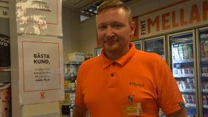 Butiksföreståndaren Tomas Träskelin i K-affären i Sundom.