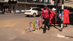 Kalabalik i Harare, stod det på en löpsedel efter onsdagens protester.