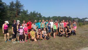"""Ett 30-tal personer i shorts och löpskjortor deltar i motionskampanjen """"Vi drar till skogs"""" och är redo att starta sin stiglöpning på Örö."""