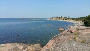 Havet, och en strand med klippor och stenar på Örö i Skärgårdshavets nationalpark.