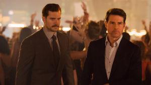 August Walker (Henry Cavill) och Ethan Hunt (Tom Cruise) tillsammans på fest.