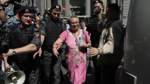 En pride-aktivist grips av polisen i Moskva i maj 2012.