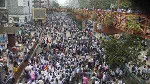 Tiotusentals unga har protesterat i en vecka genom att blockera gator och trafikkorsningar i Dhaka