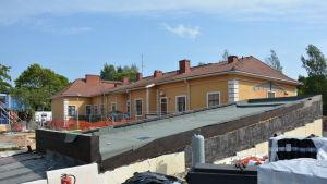 byggarbetsplats med en massa bråte framför det gamla huset torkel