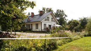 Vitt hus och grönska