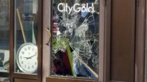 Ett sönderslaget fönster i en guldsmedsaffär.