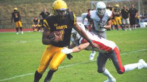 Jabari Harris springer med bollen under armen.