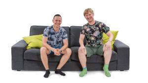 Jarno ja Jussi-Pekka istuvat sohvalla.
