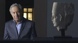 Simon Schama ja veistoksen pää Palmyrasta sarjassa Kulttuurien juurilla